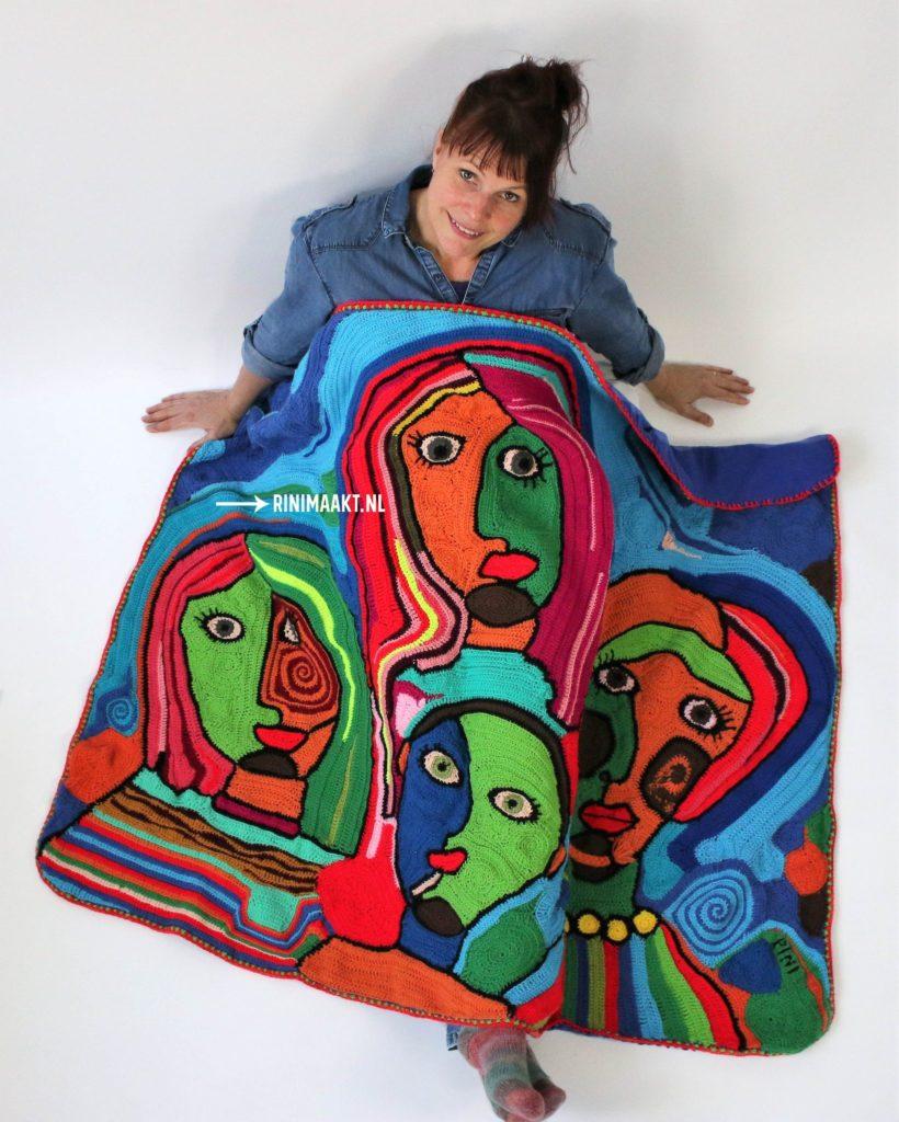 Rini onder gehaakte deken. Vrije Vorm haken familie portret deken