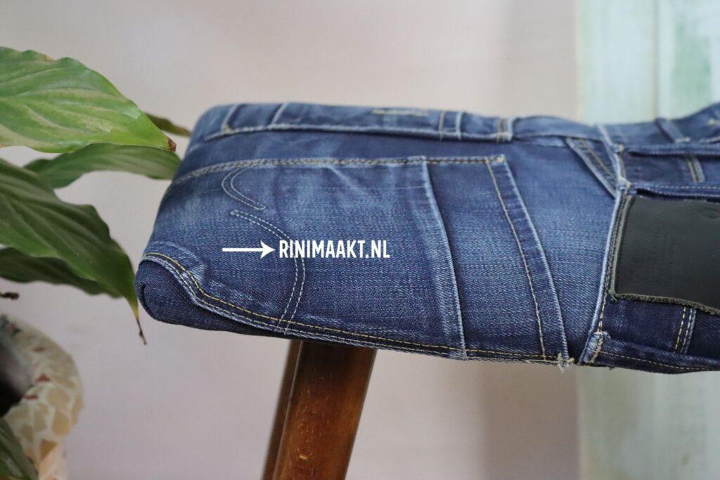 Klein bankje gestoffeerd met jeans