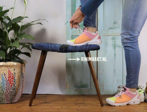 voeten bankje gestoffeerd met spijkerbroeken jeans